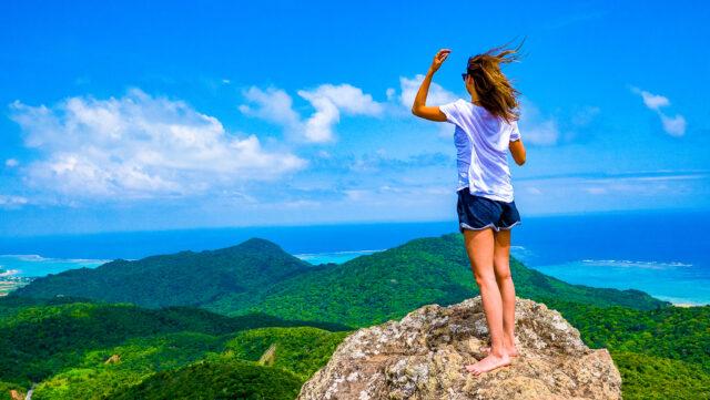 石垣島の絶景を見渡す女性