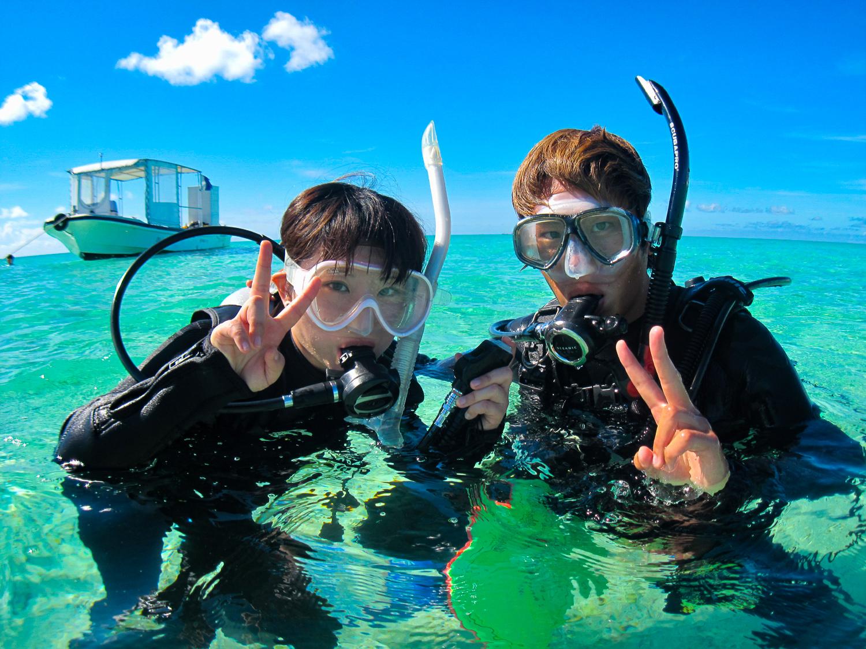 ダイビング体験に参加するカップル