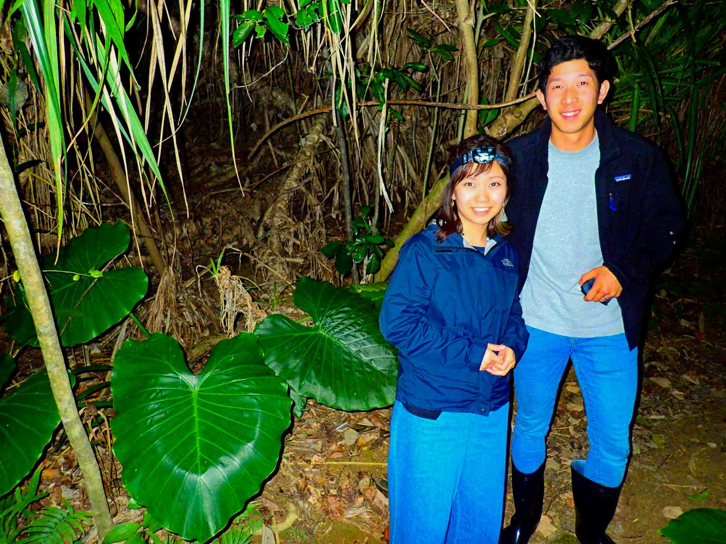 ジャングルナイトツアーでのカップル記念写真