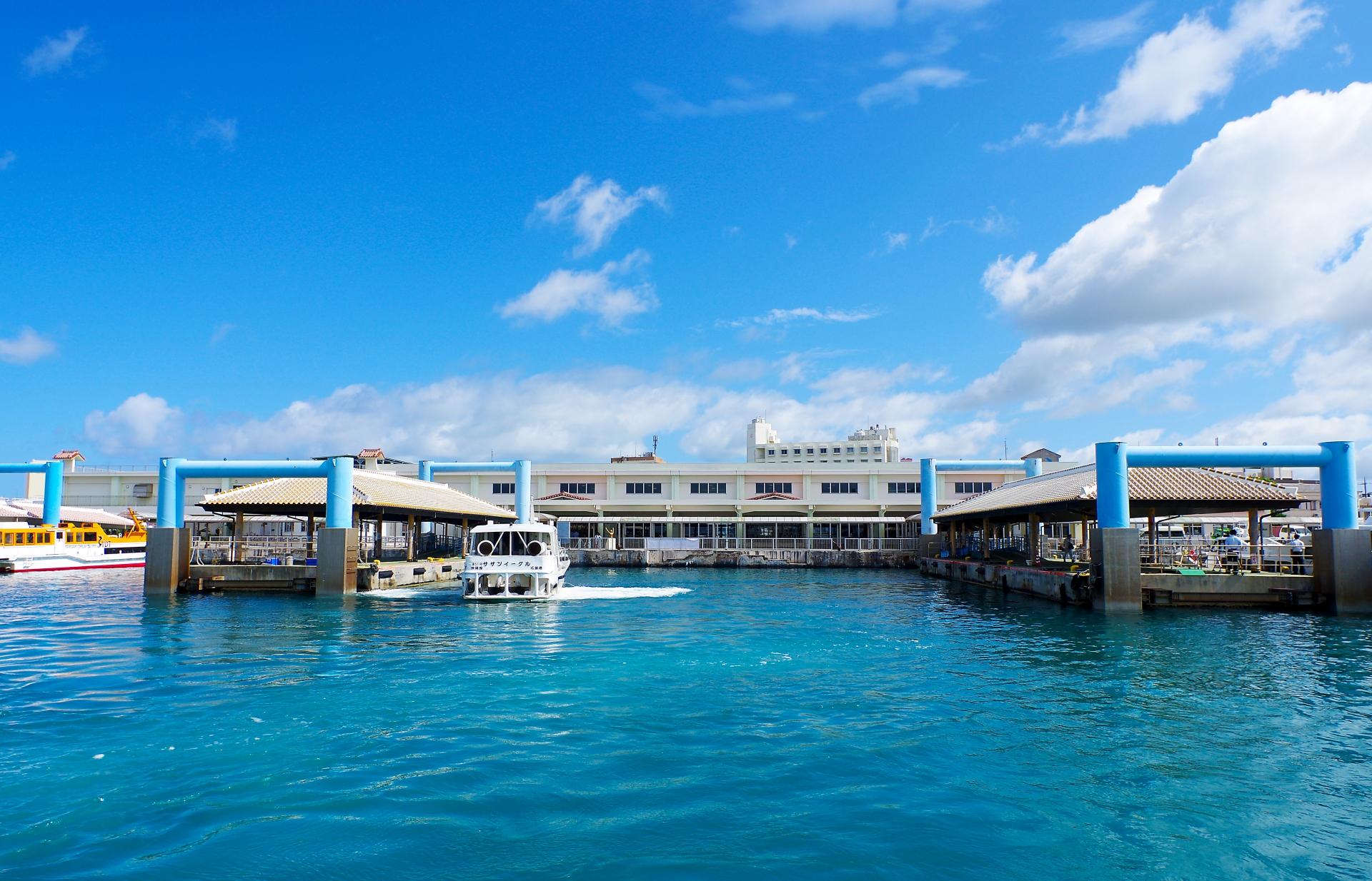 市街地にある石垣島港離島ターミナル