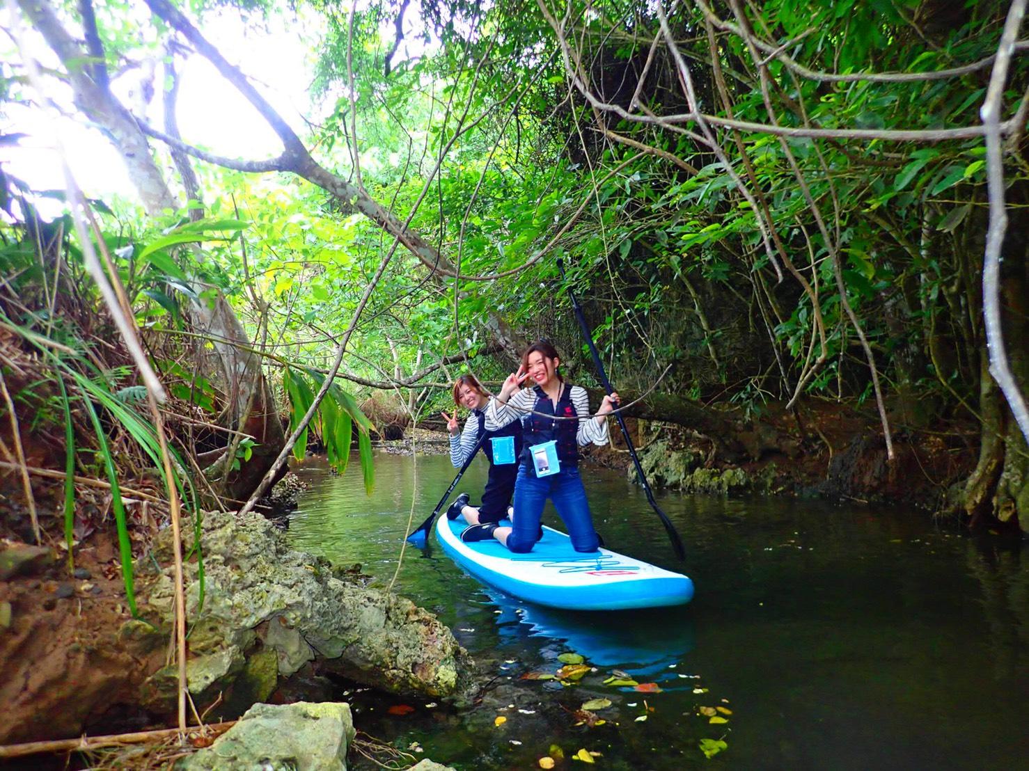 吹通川でSUPクルーズを楽しむ女性2人