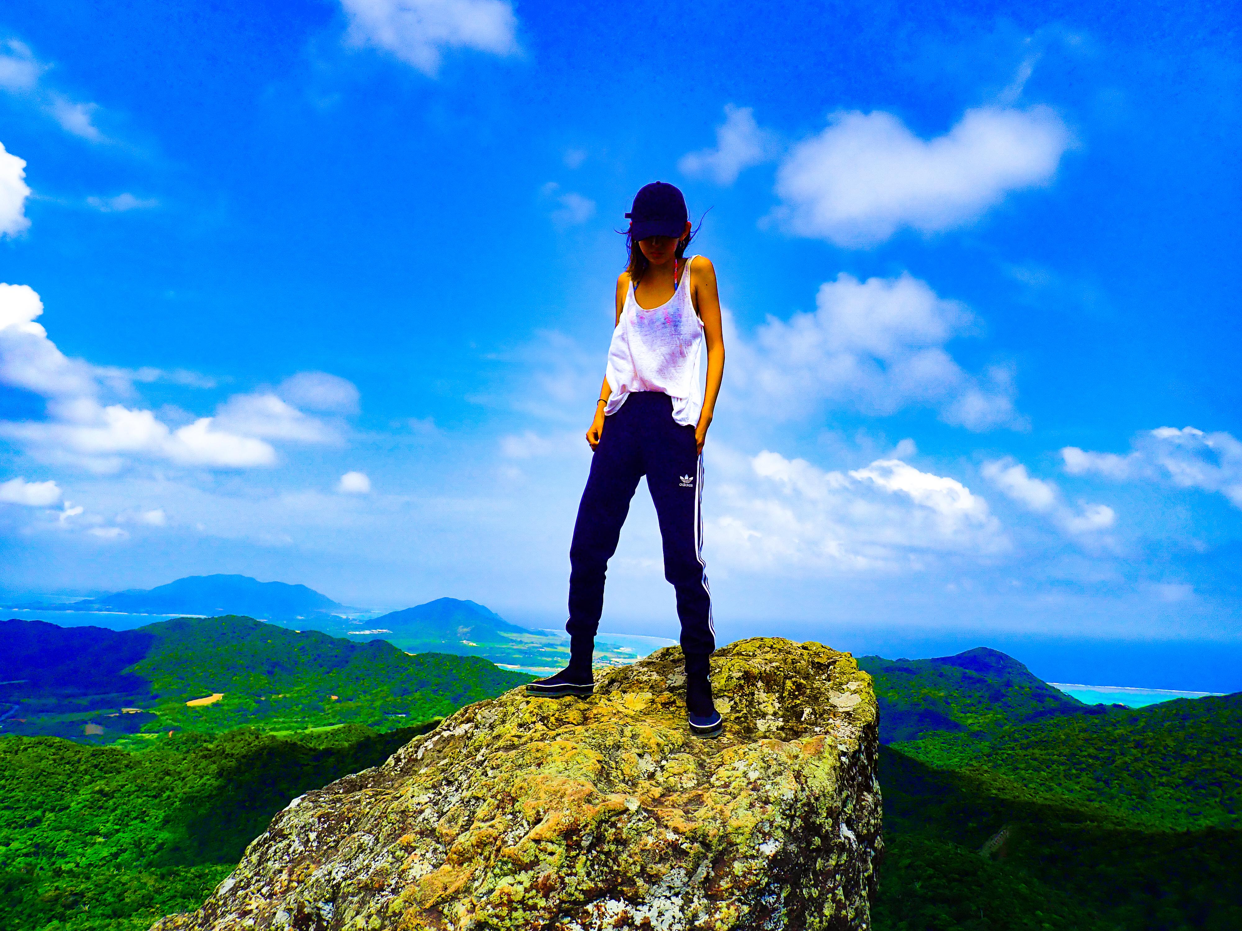 野底マーペーに登る女性