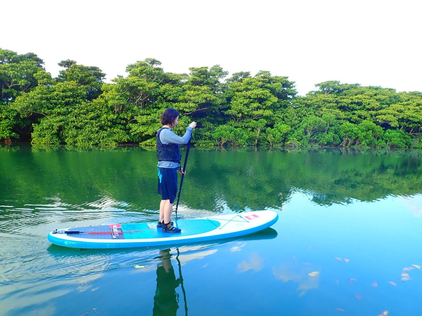 宮良川をSUPクルーズする女性