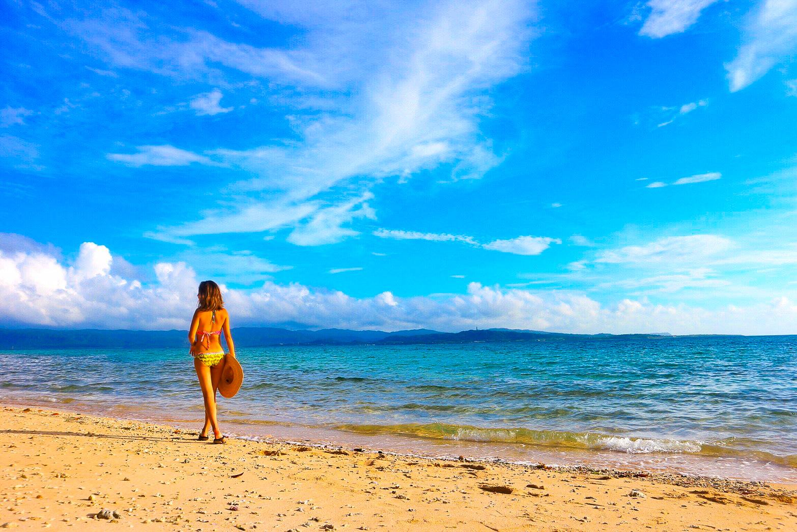 鳩間島ビーチを歩く女性