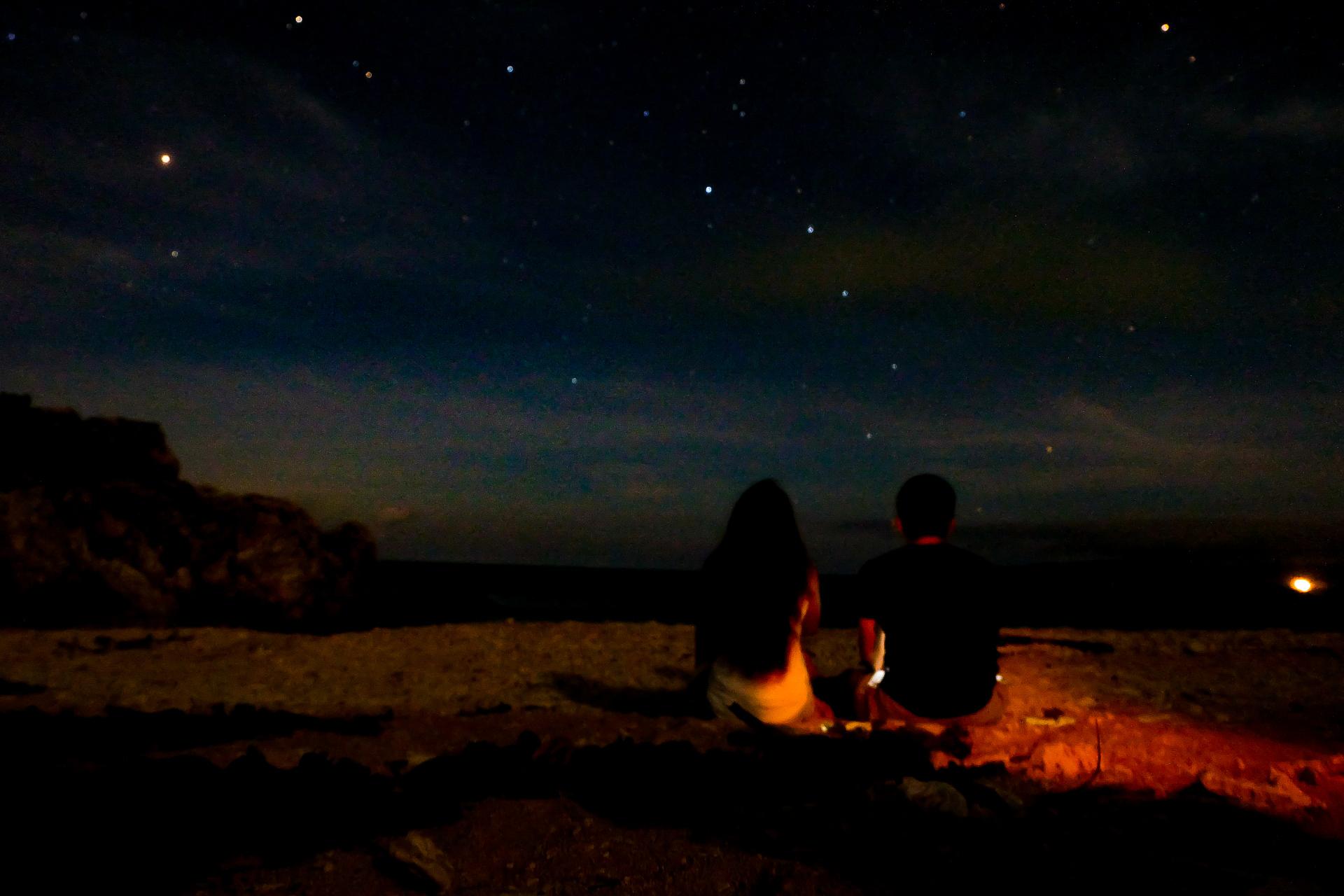 石垣島の星空を眺めるカップル