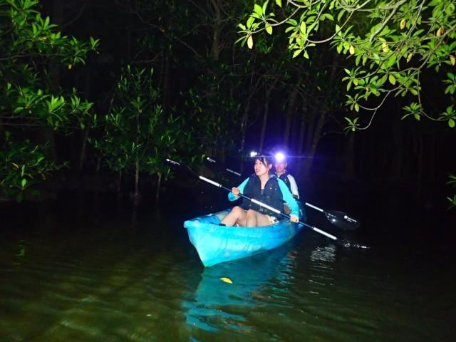 石垣島のジャングルナイトツアーに参加するカップル