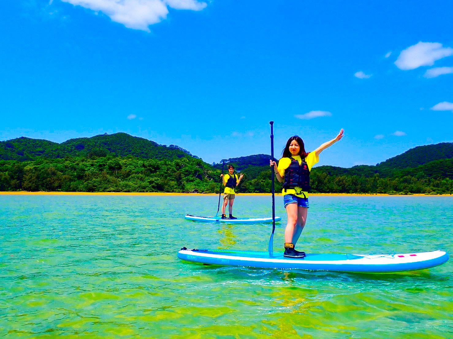 川平湾でSUPを楽しむ女性