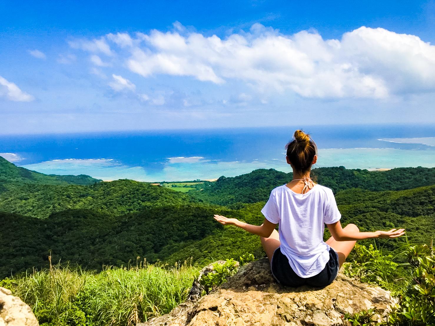 野底マーペーの頂上で瞑想する女性