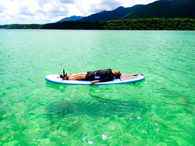SUPに寝そべって五感で川平湾を楽しむ