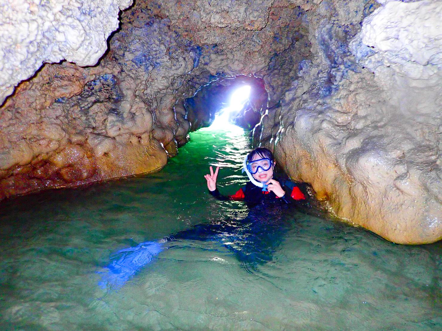 洞窟周辺でシュノーケリングを楽しむ女性