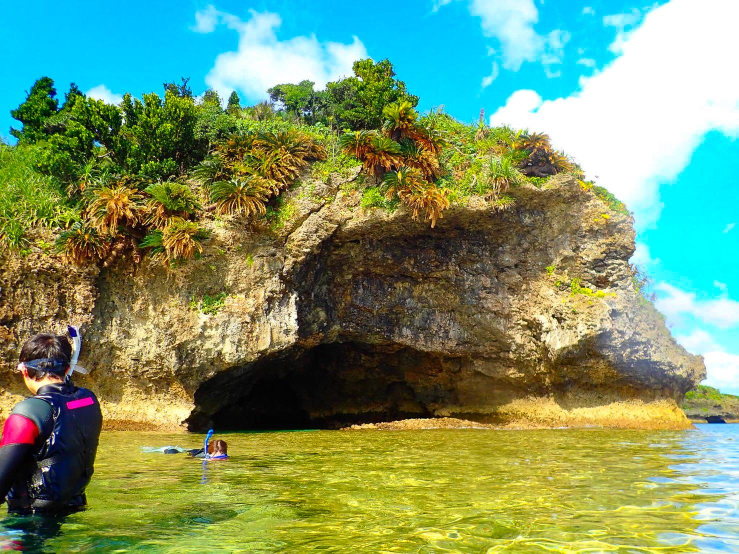 石垣島の青の洞窟でシュノーケルを楽しむ人々