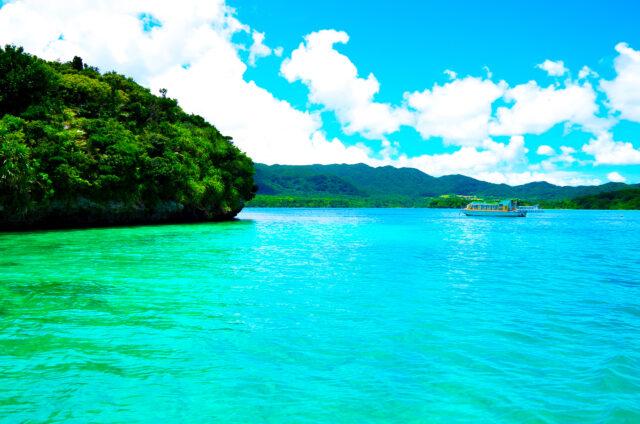 美しい川平湾の風景