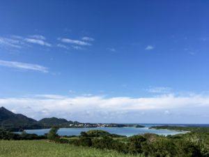 川平湾を望むパーキングから眺める川平湾
