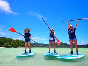 川平湾でSUPを楽しむ女の子3人