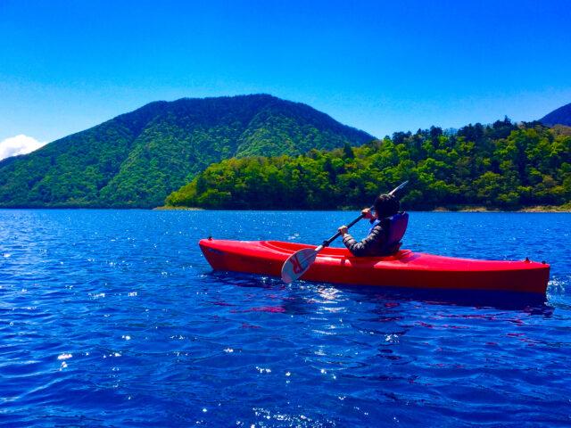パドルを漕ぎながら海上をゆったりと進むシーカヤック