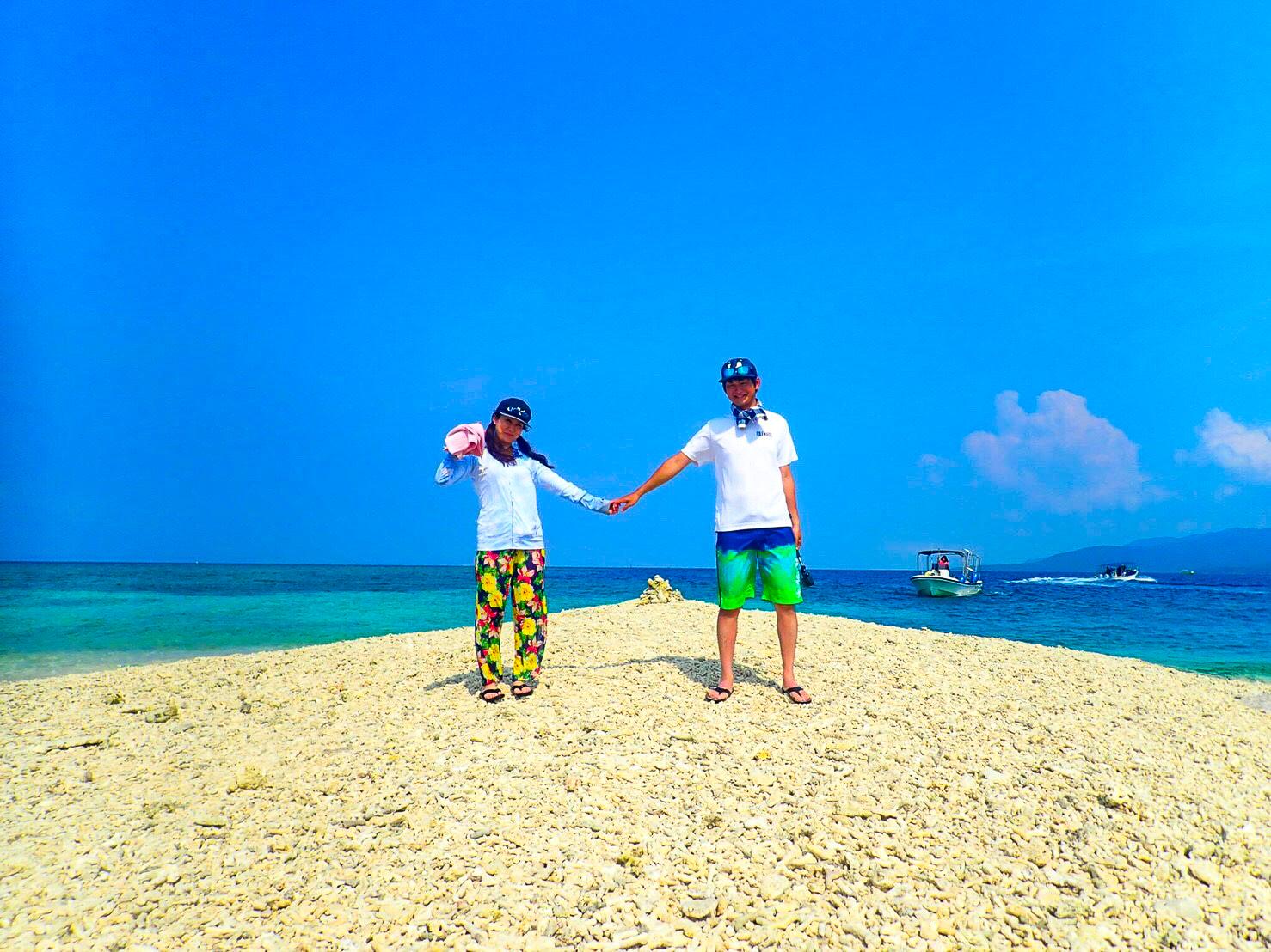 バラス島の上で恋人と手をつないでポーズ