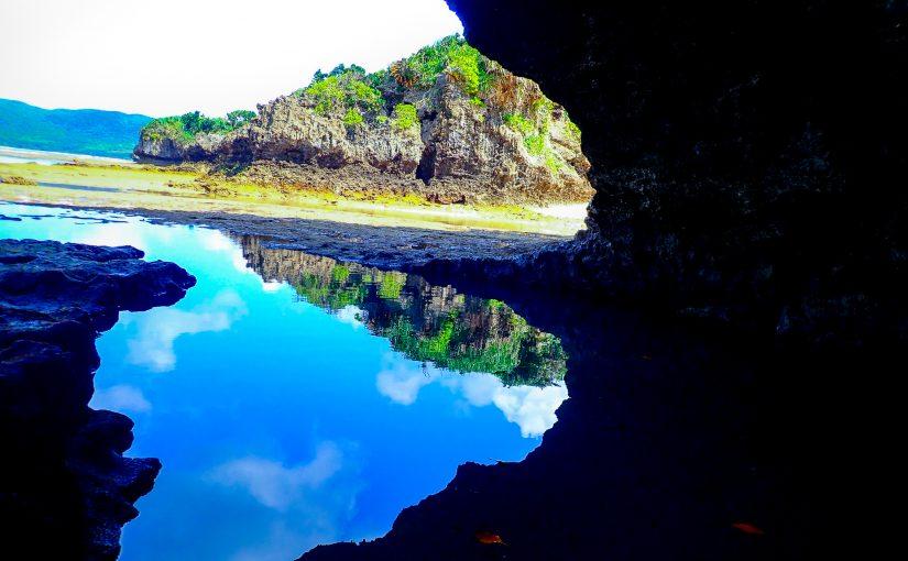 鏡面のように映る青の洞窟