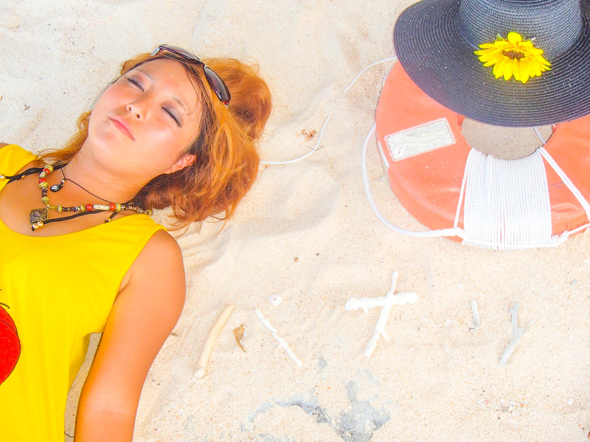 パナリ島のホワイトサンドのビーチで休憩