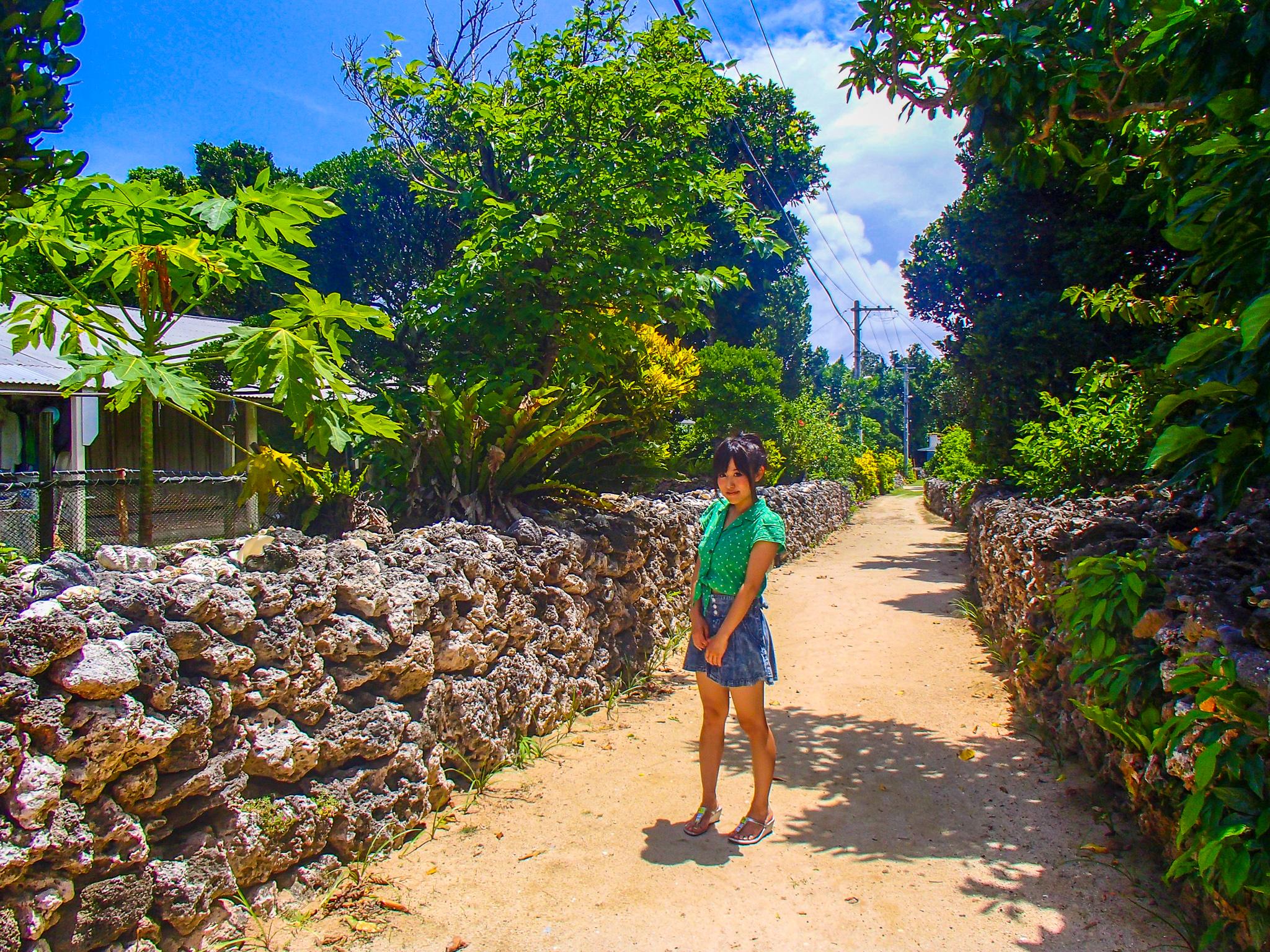 パナリ島島内を散策する女性