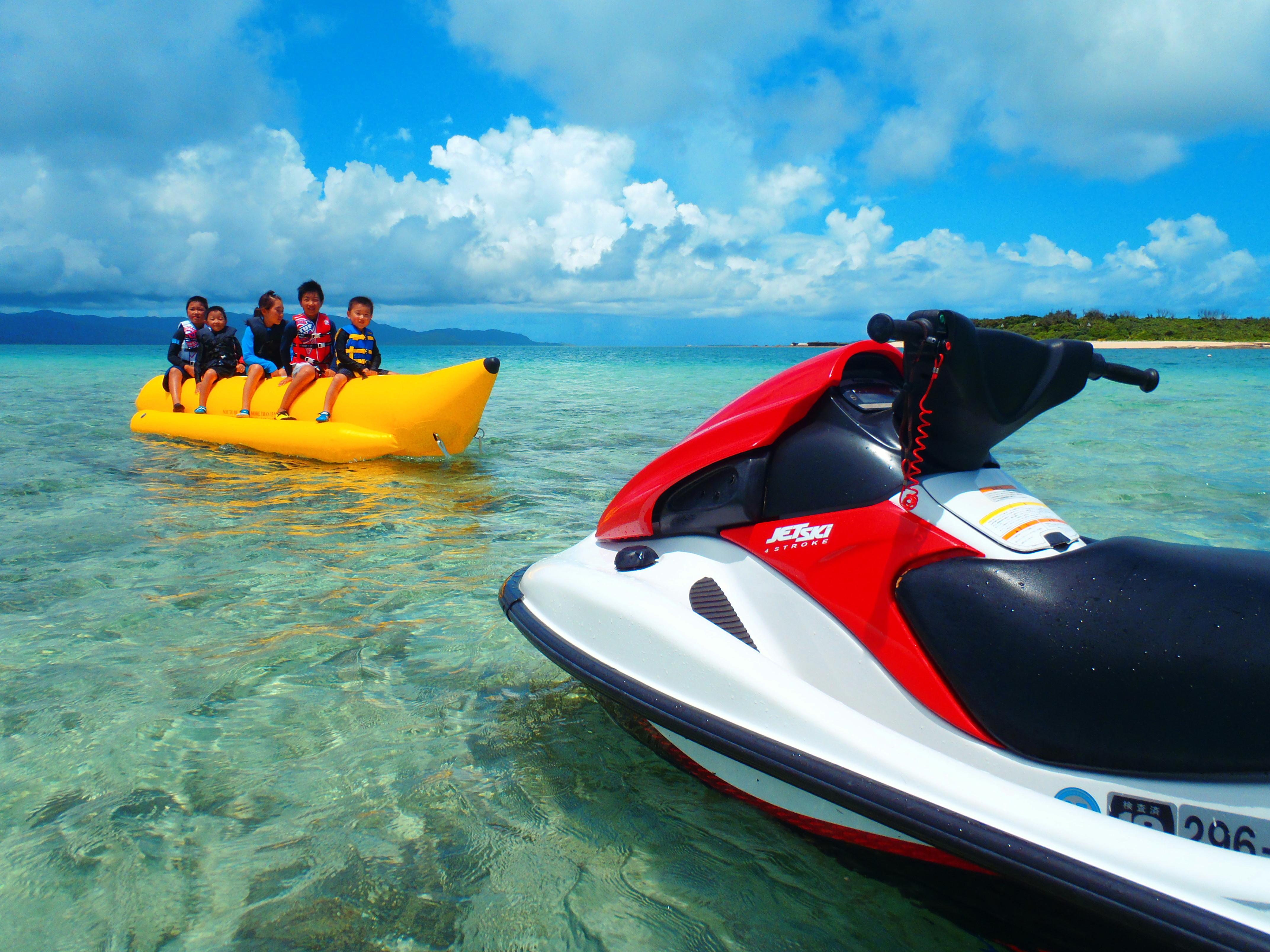 石垣島で子供たちでバナナボートを楽しむ