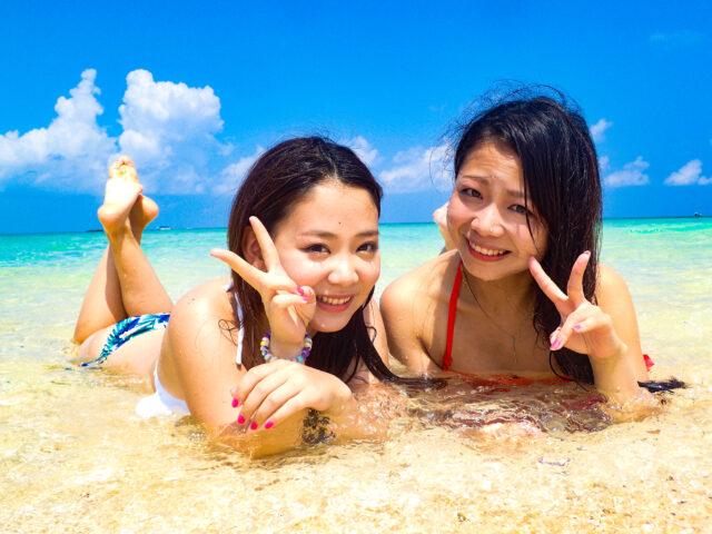 幻の島で寝転がる女性2人組