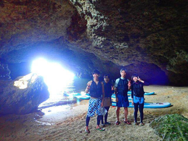 8月に人気の青の洞窟シュノーケリングをする男性たち