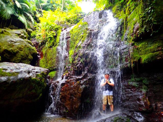 石垣島の滝で修行中の観光客