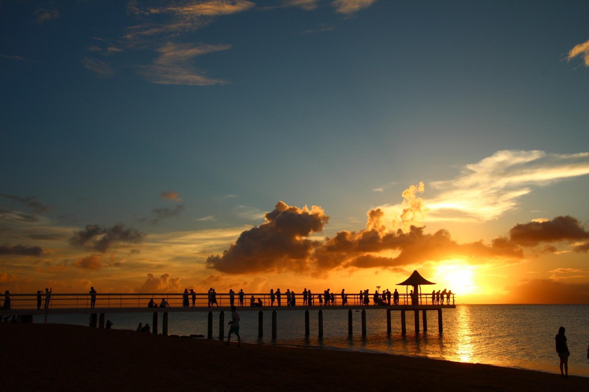 フサキビーチでサンセットを見る人達