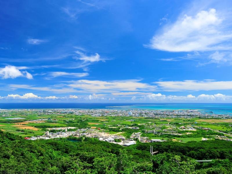 石垣島を一望できるエメラルドの海を見る展望台