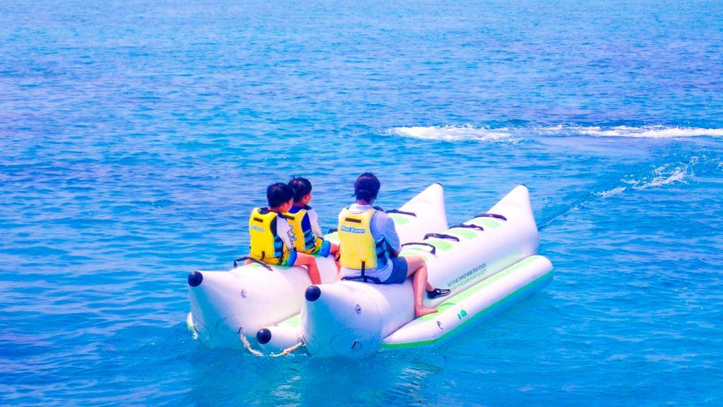 バナナボートで小浜島マリンスポーツ体験
