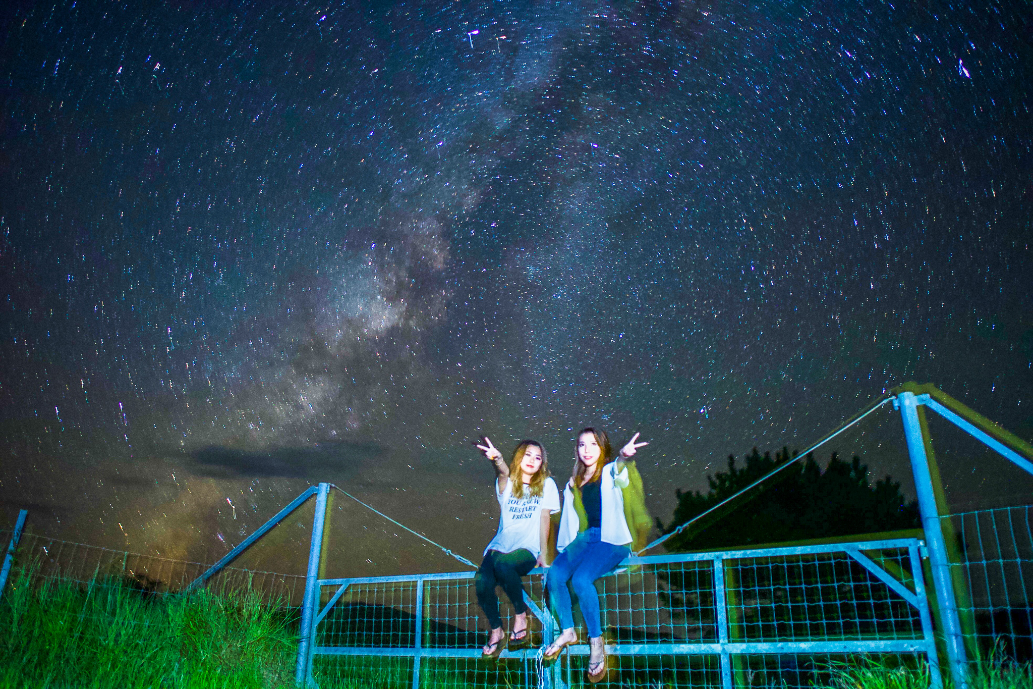 西表島の満天の星空と女性