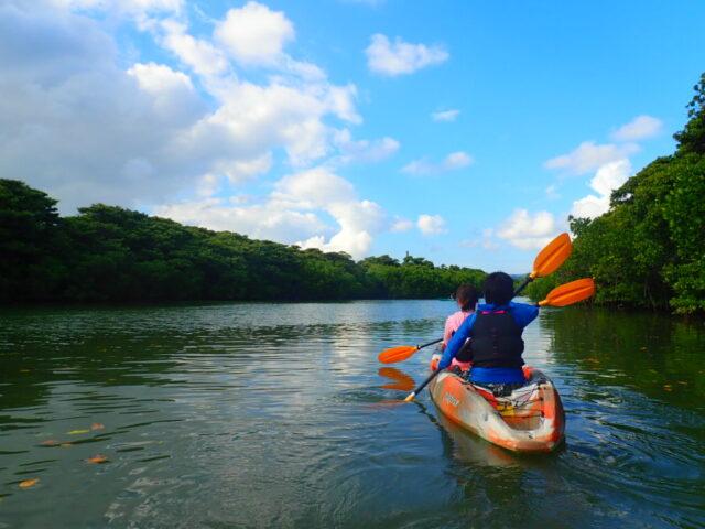 石垣島で2人乗りカヌーに乗る女性
