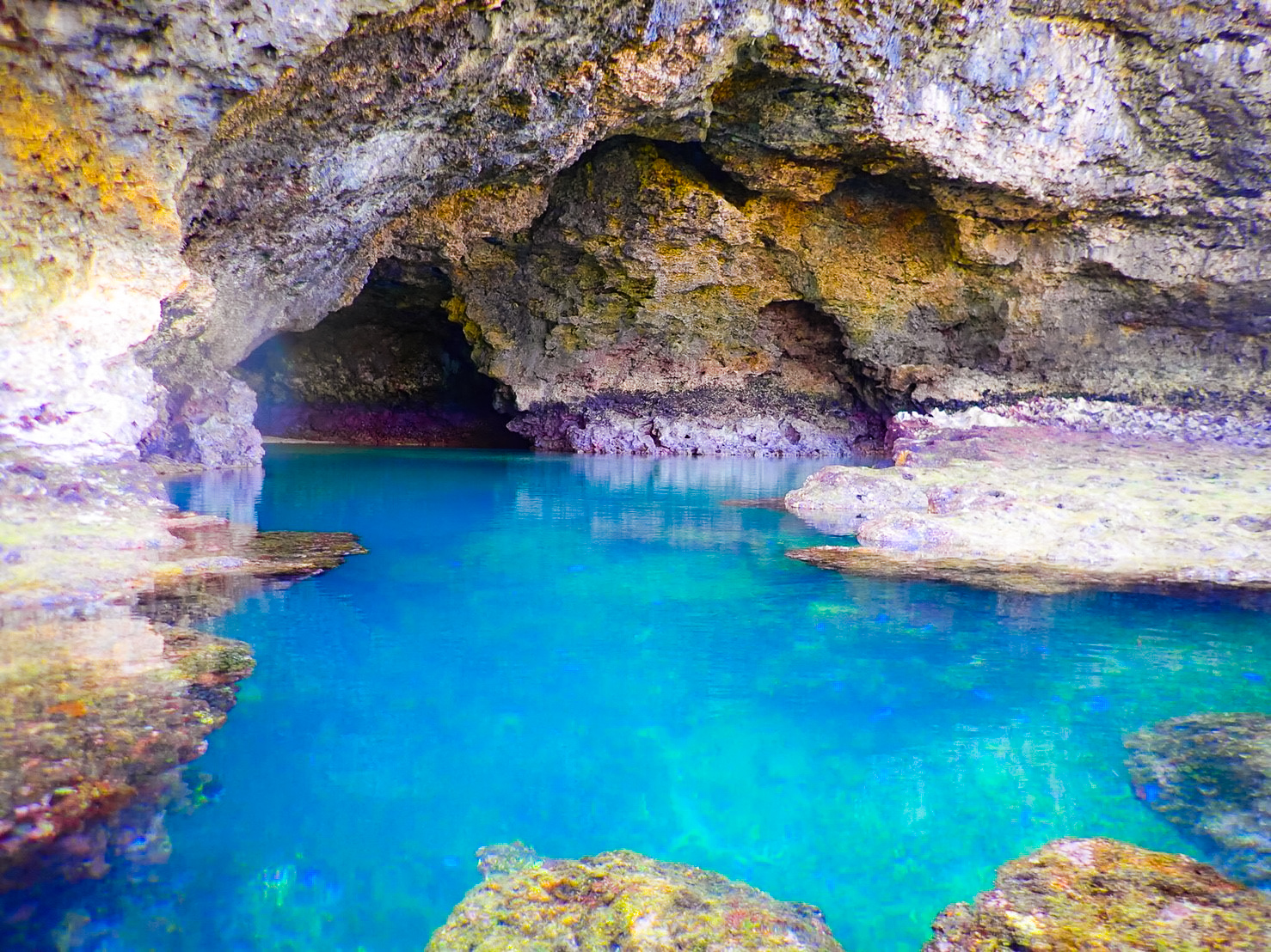 米原海岸近くの青の洞窟ビーチ