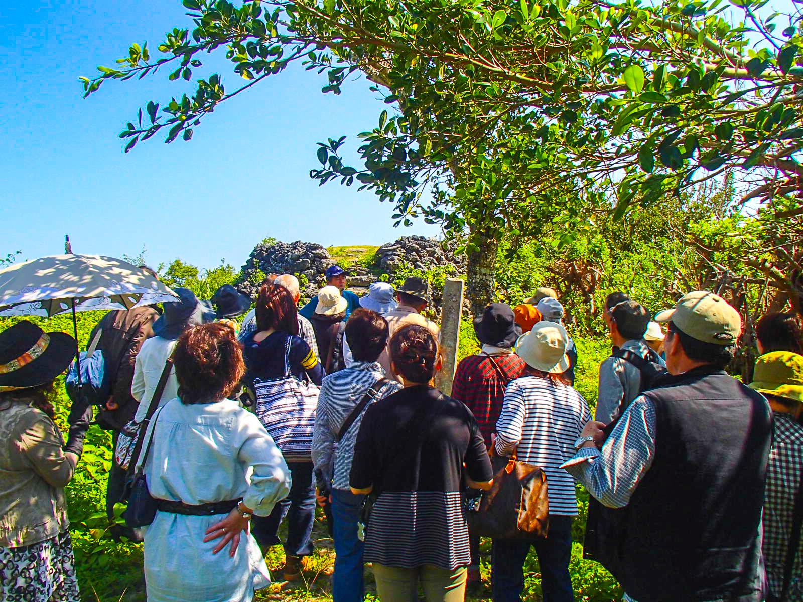 パナリ島散策中の観光客
