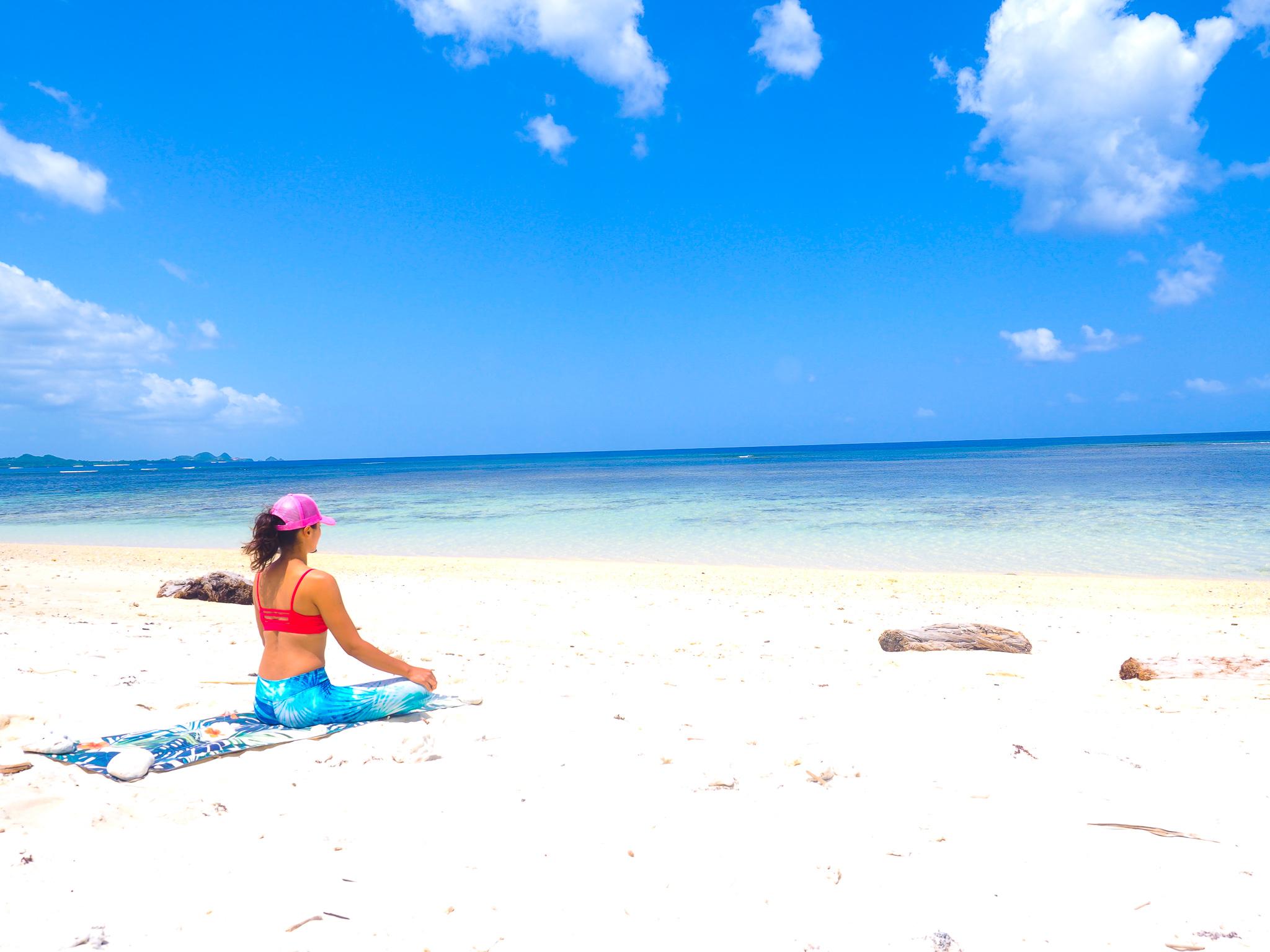 6月の石垣島ビーチでヨガをする女性