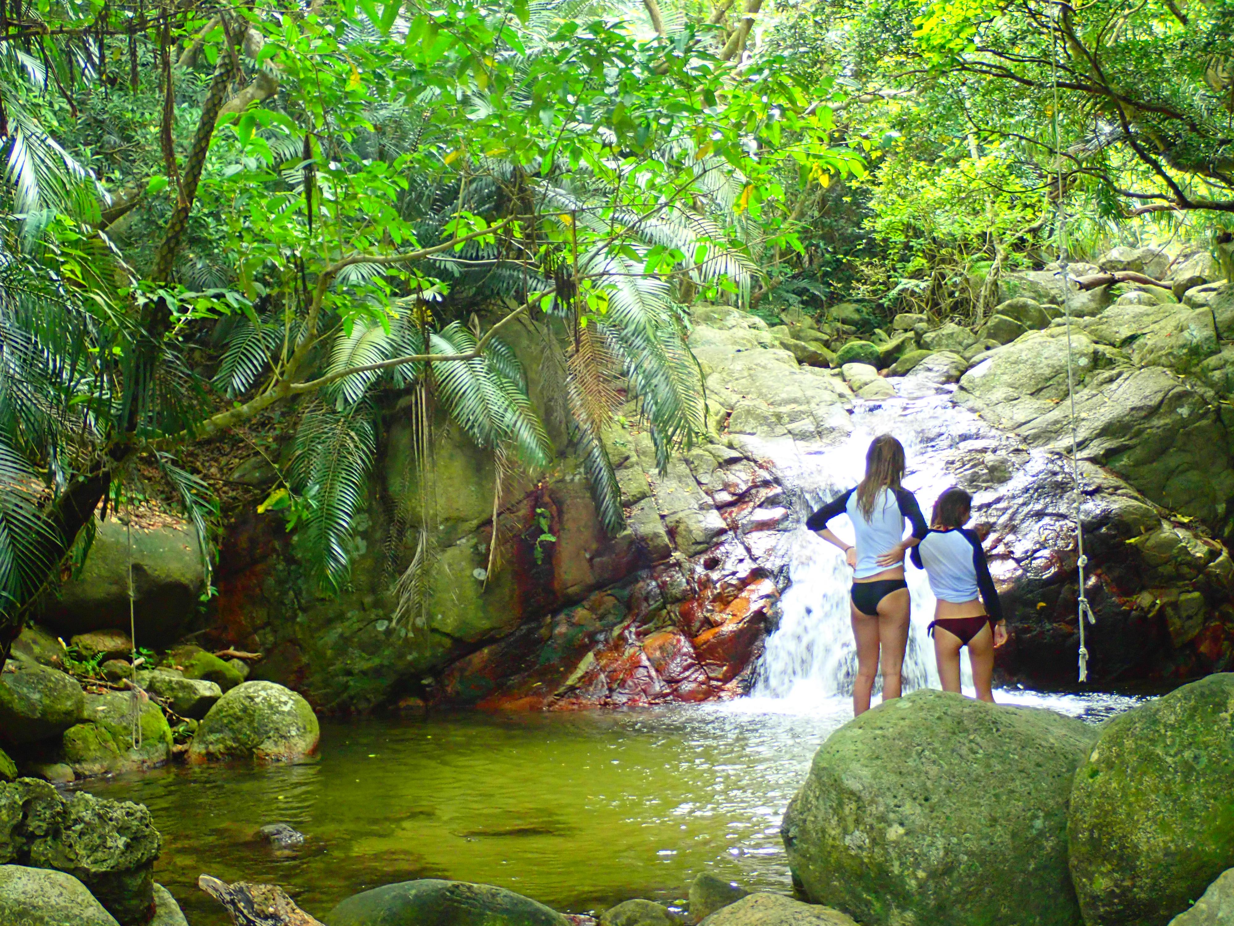 荒川の滝で水浴びする女性