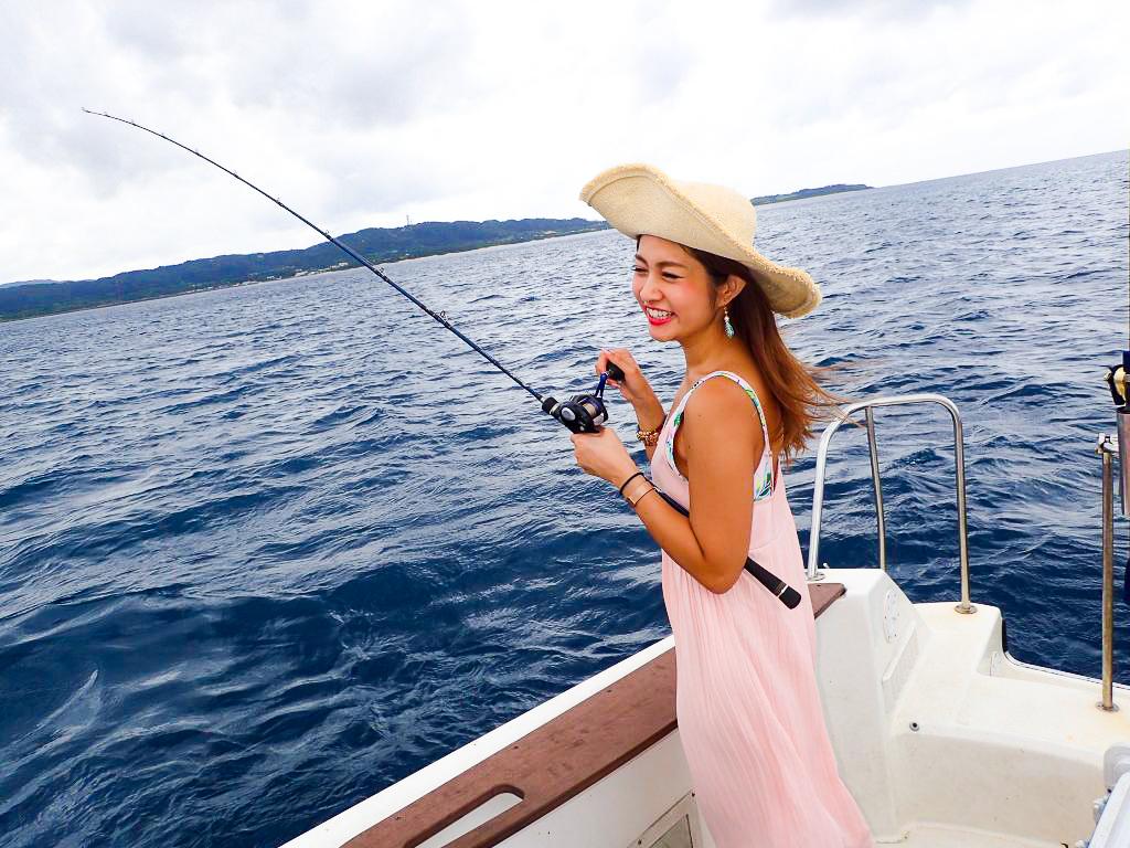 爆釣の釣りアクティビティをする女性