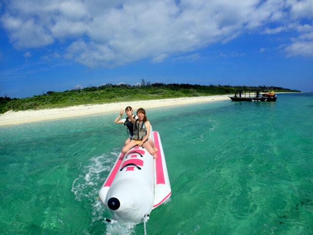 バナナボートで楽しむ女性