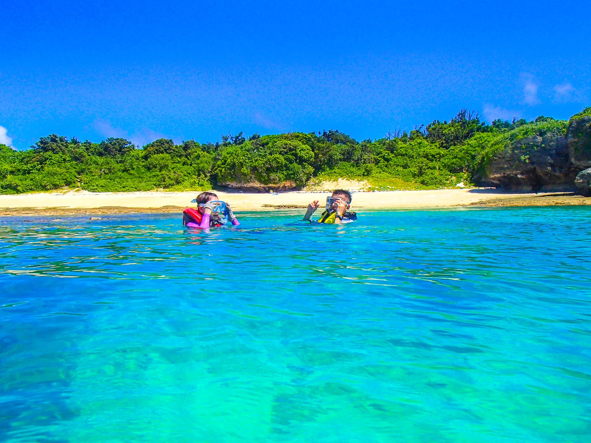 パナリ島のビーチでシュノーケリング