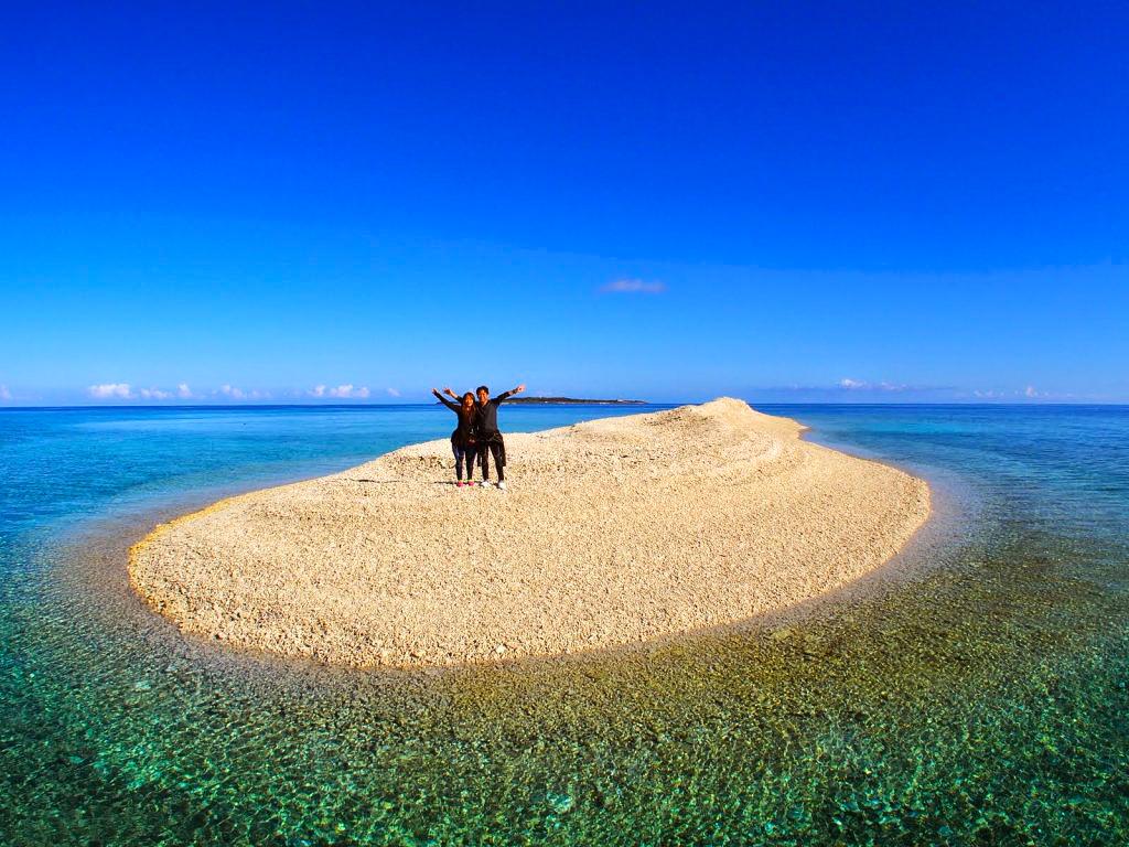 サンゴの欠片だけでできた無人島にて撮影
