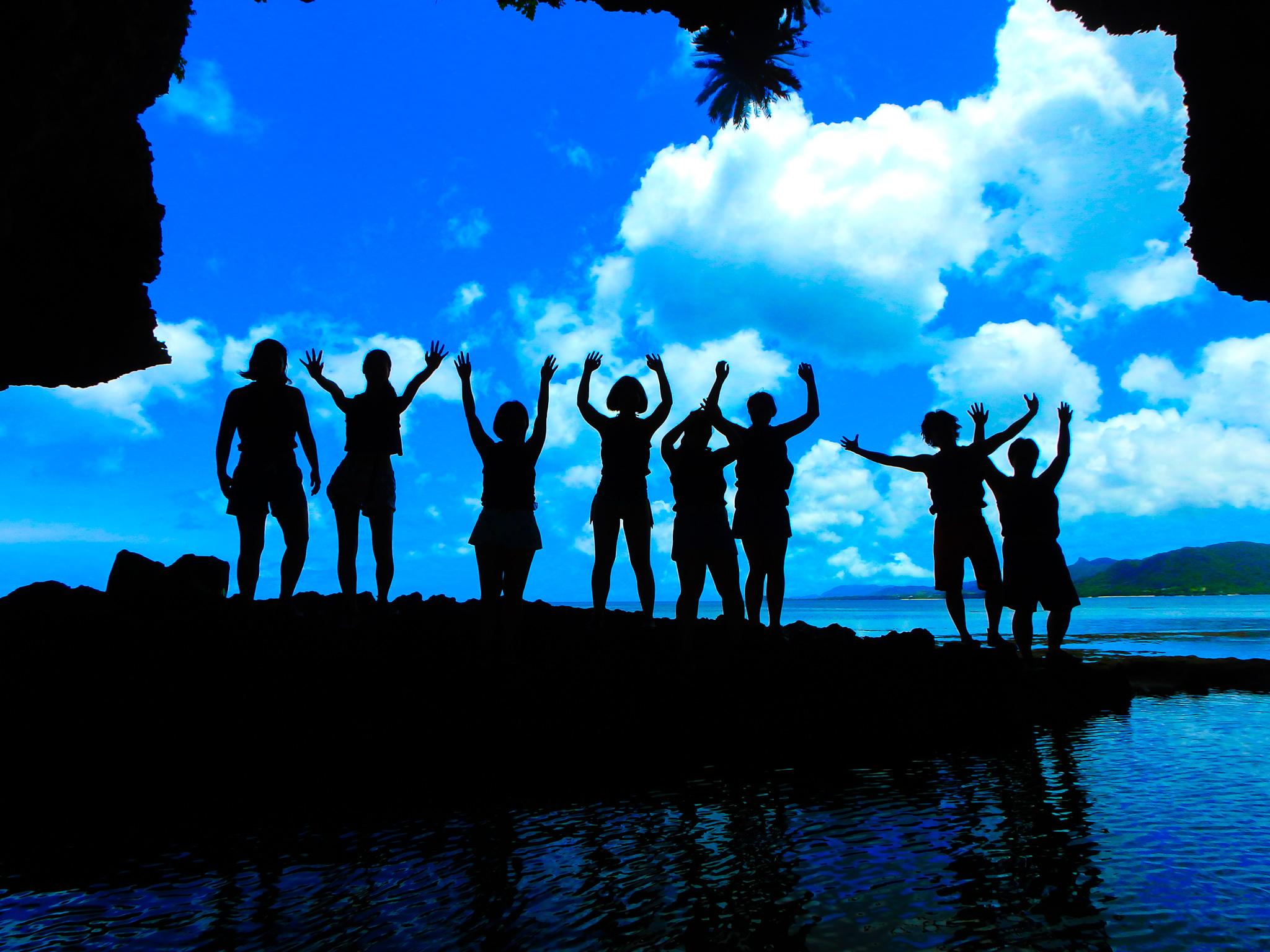 青の洞窟へ団体ツアーで参加の仲間たち