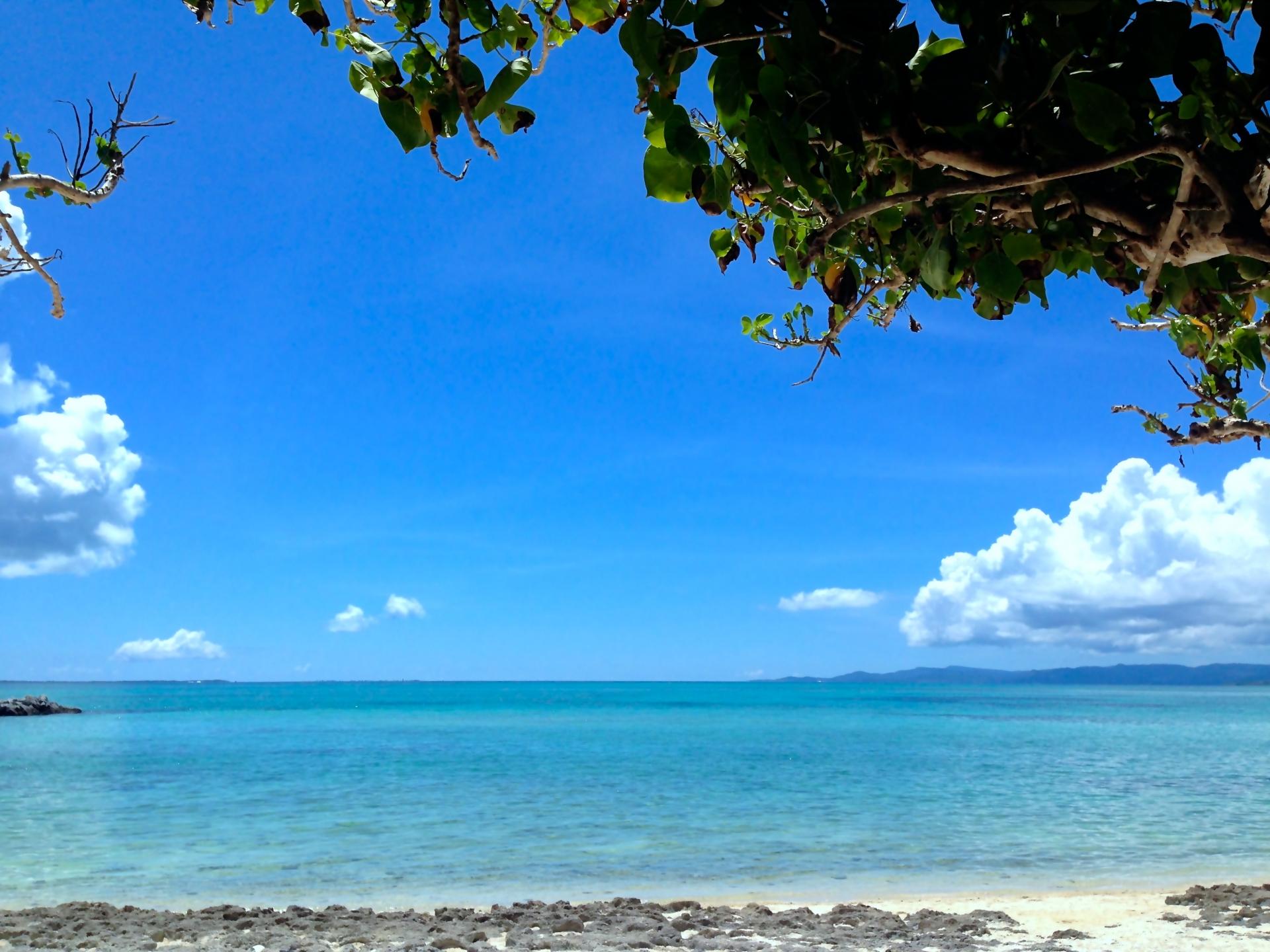 7月の石垣島のビーチと青空