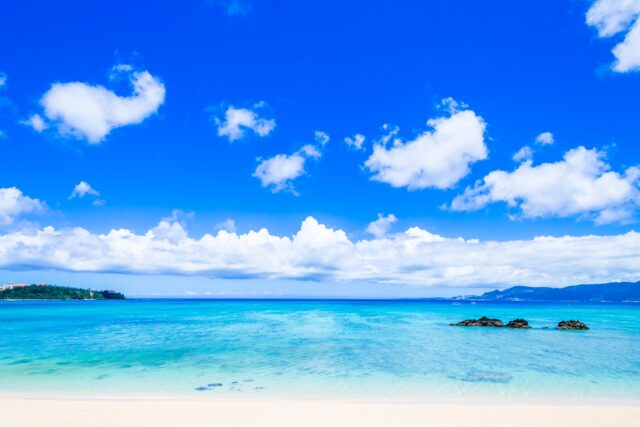輝いて見える夏のビーチ