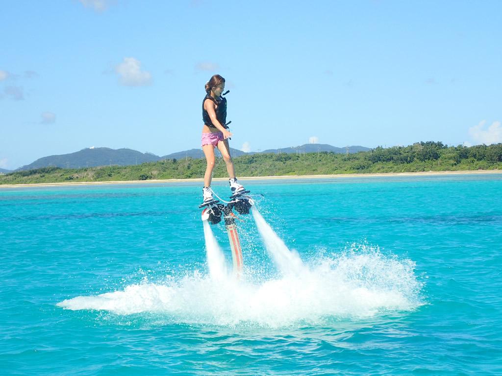 石垣島フライボートアクティビティをする女性