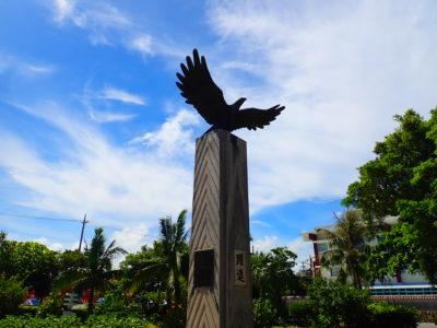 カンムリワシの碑