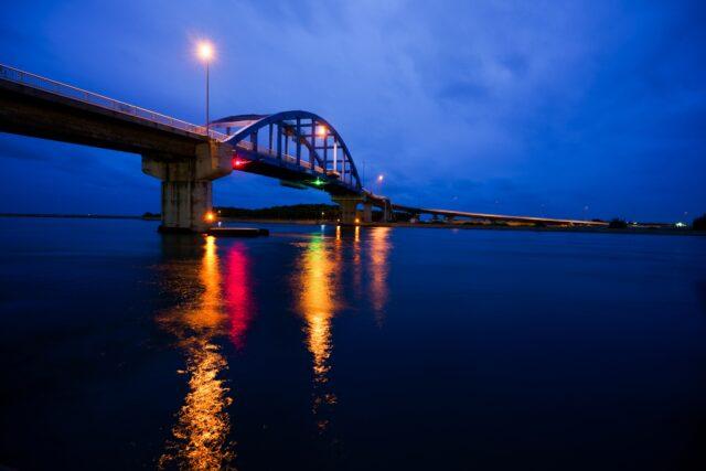 サザンゲートブリッジと市街地の夜景