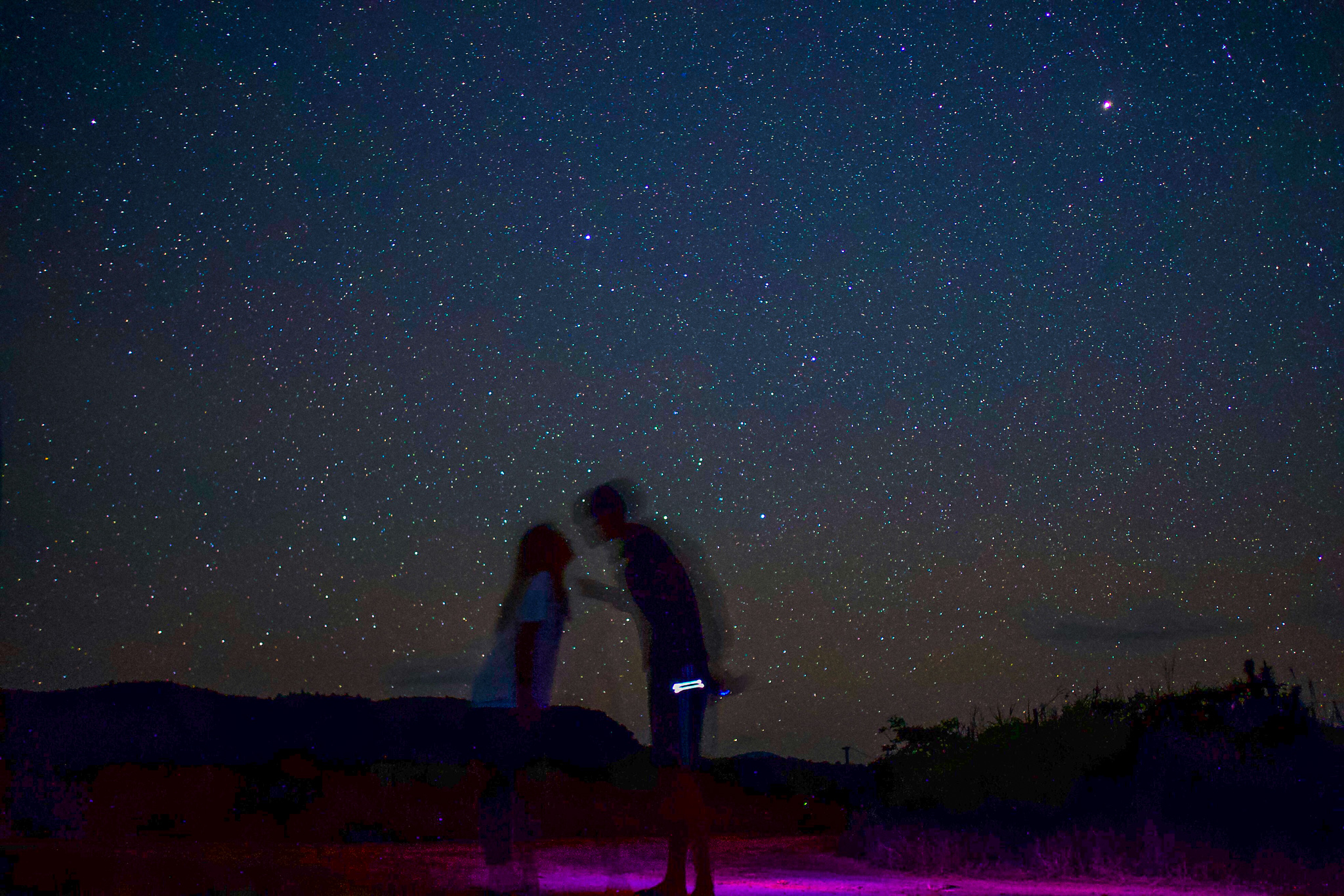星空ツアーに参加中のカップル
