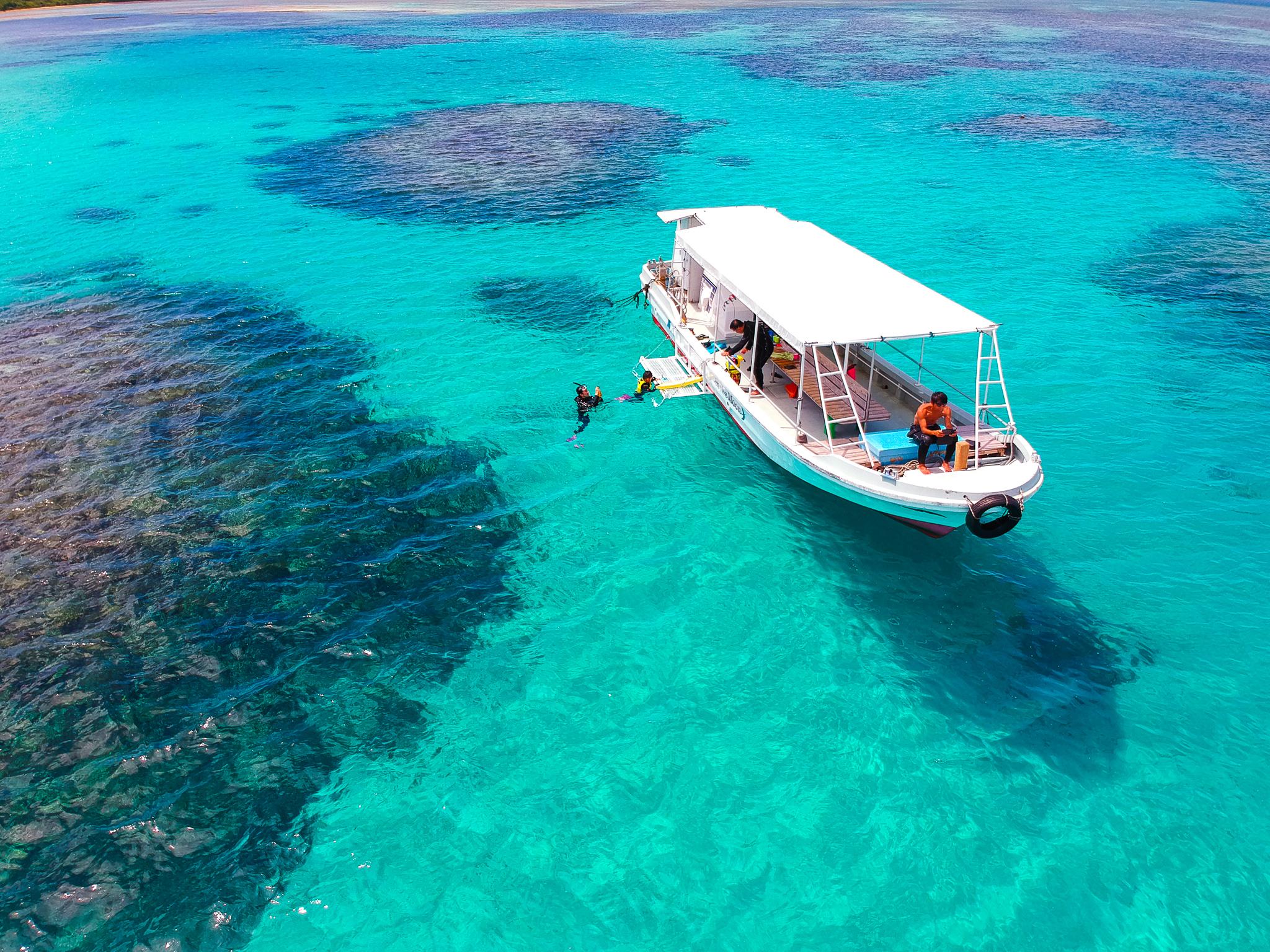 エメラルドグリーンの小浜島の海