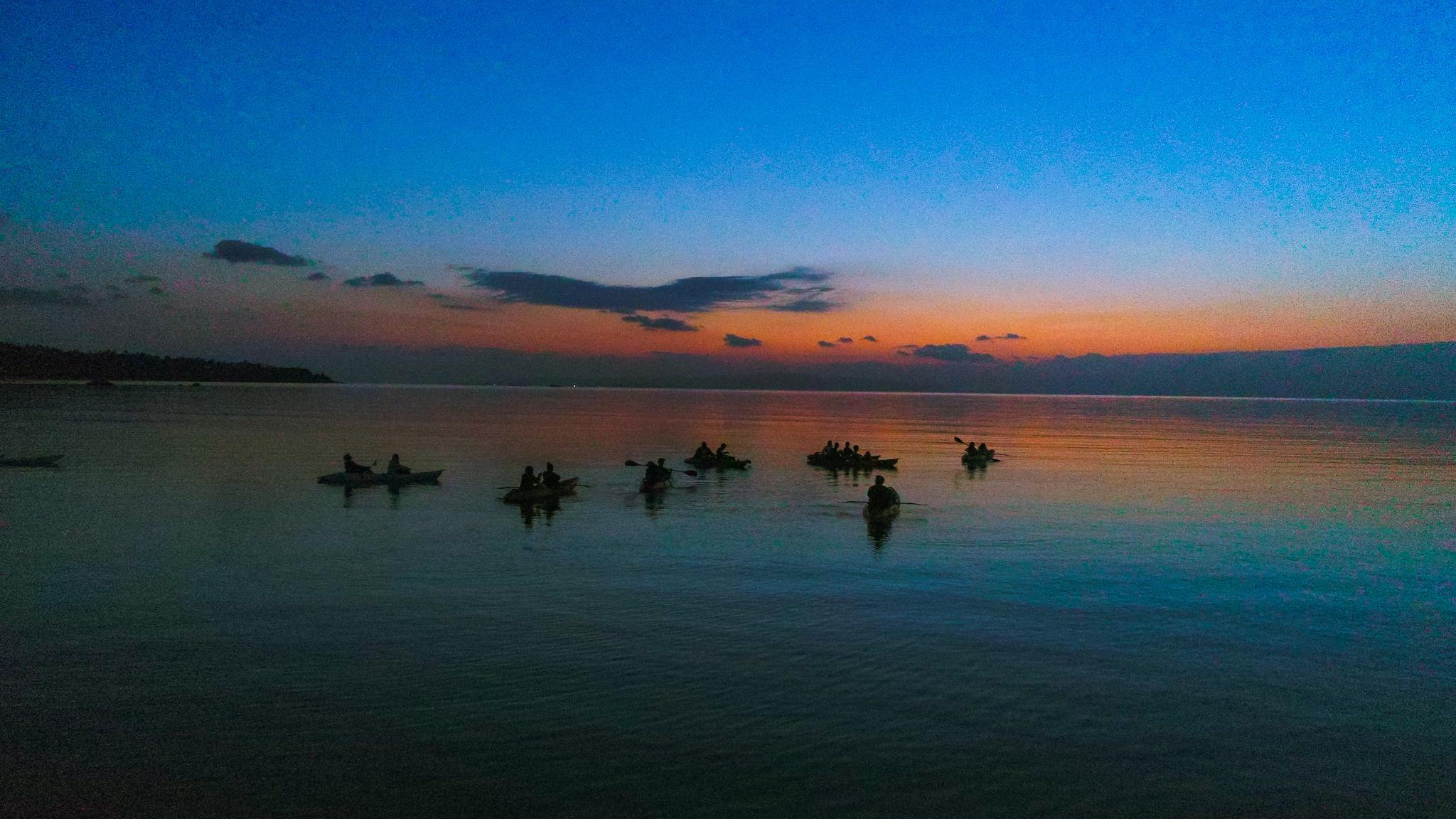名蔵湾でカヌーをしながら楽しむ
