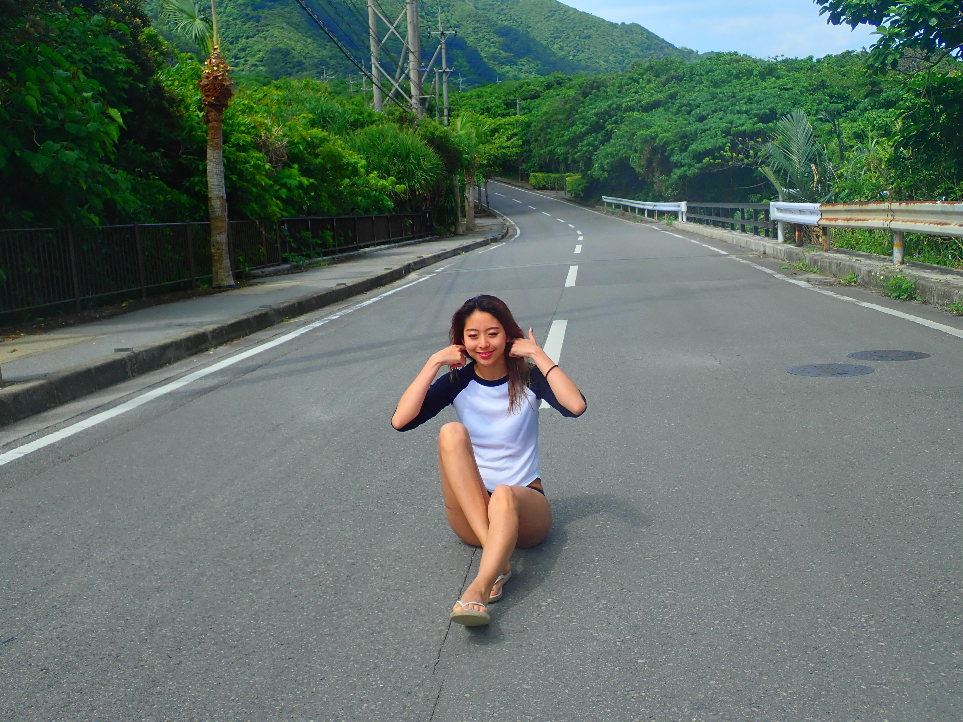9月の石垣島の道と女性